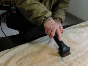 Traitement de textile avec aspirateur spécialisé
