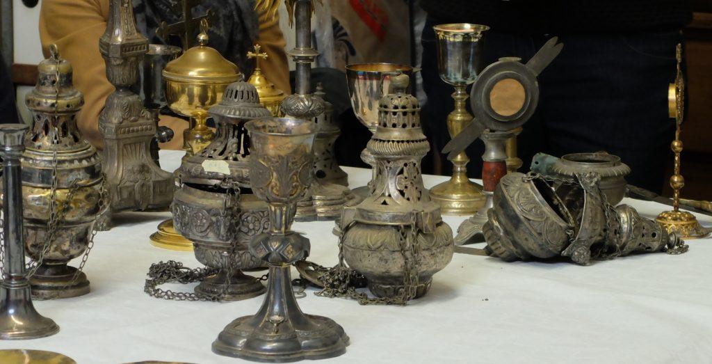 Pièces d'orfèvrerie liturgiques présentées lors d'une des séances