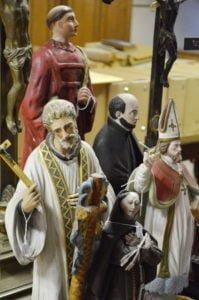 Sculptures de saints rassemblées