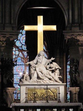 Paris_Notre-Dame_cathedral_statue_Pieta_by_Nicolas_Coustou_altar