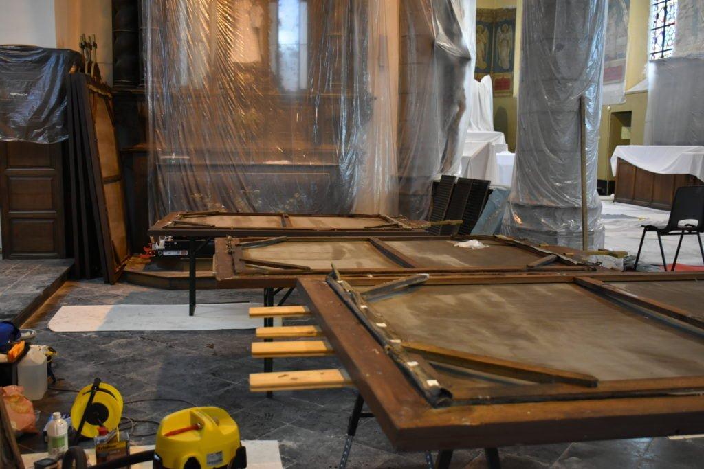 Vue intérieure de l'église avec toiles à restaurer