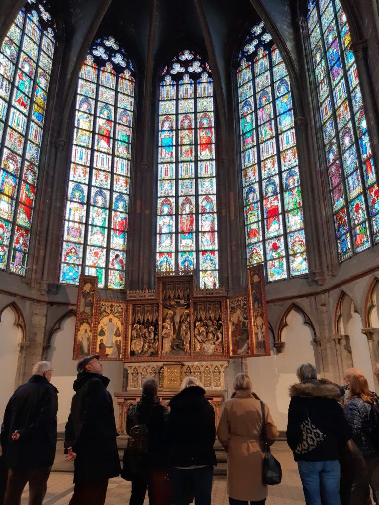 Personnes-relais à l'intérieur de l'église