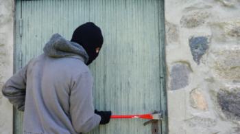 Malfaiteur qui force une porte
