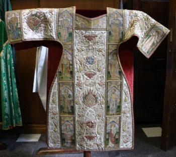 Évolution de l'iconographie des chasubles des XVIIe et XVIIIe siècles: enjeux de la représentation.