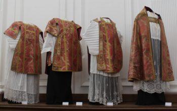 Comprendre le sens des vêtements liturgiques et leurs couleurs