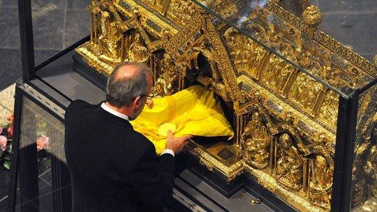 Les reliques sont extraites de la châsse de Notre-Dame d'Aix-la-Chapelle