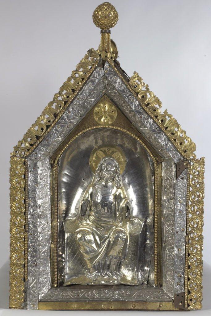 Illu. La châsse de saint Domitien de Huy a été restaurée à plusieurs reprises au cours des siècles; des techniques et des styles de différentes époques se côtoient sur la châsse. Photo © KIK-IRPA.
