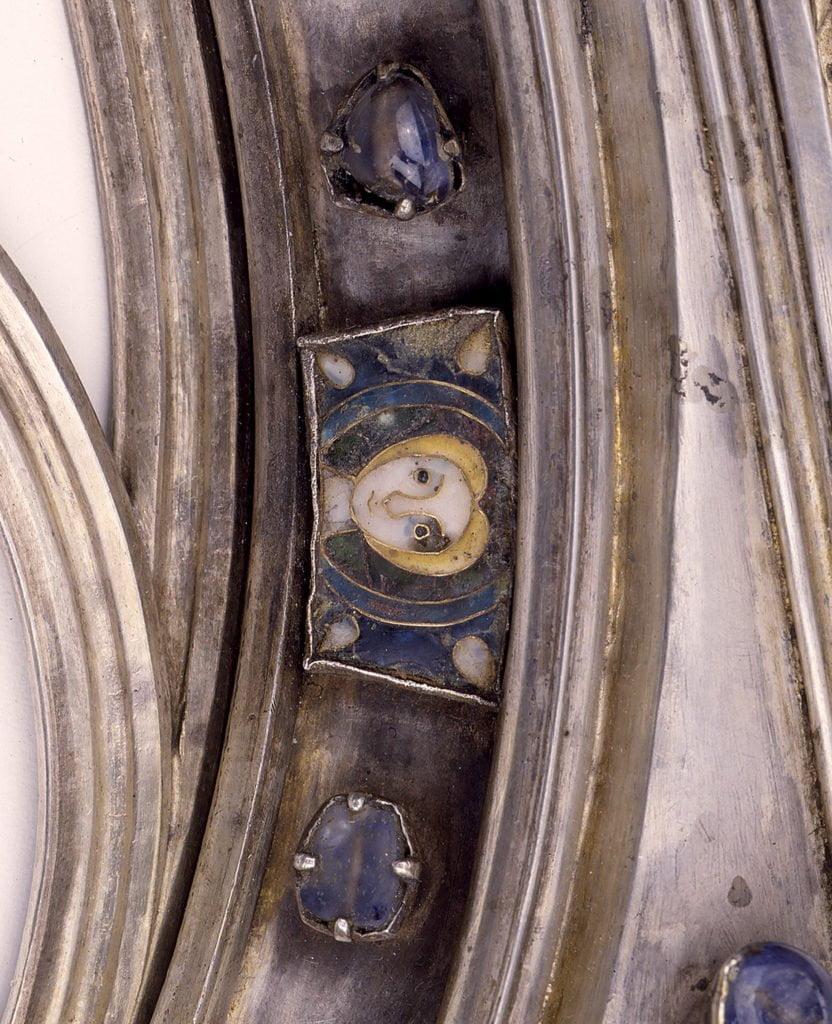 Illu. Sur ce fragment de la châsse gothique de sainte Gertrude de Nivelles (13e siècle), la petite plaquette en émail (avec une tête de personnage) est un décor récupéré de l'ancienne châsse, celle du 11e siècle.