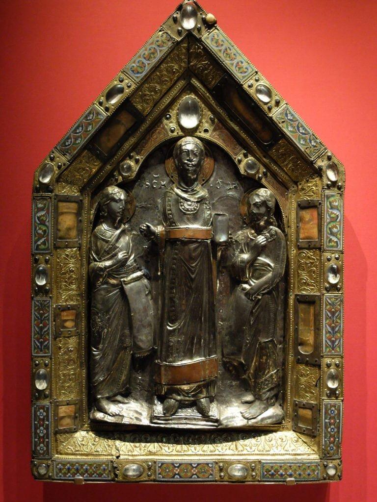 Illu. Un des pignons de l'ancienne châsse de sainte Ode d'Amay, du 12e siècle, transformé en reliquaire indépendant au 13e siècle. Londres, British Museum. Photo: auteur.