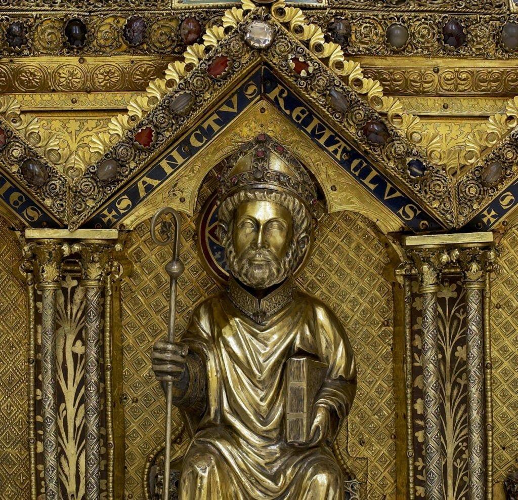 Statuette de saint Remacle sur un des longs côtés de la châsse de saint Remacle de Stavelot