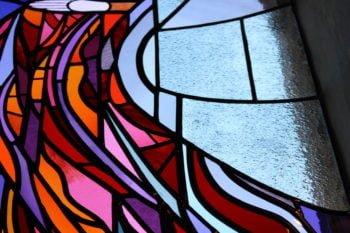 Des vitraux contemporains pour une église millénaire