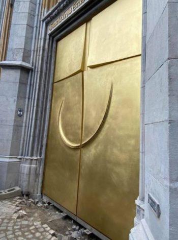 Ouverture sur la lumière : un portail en laiton à Liège