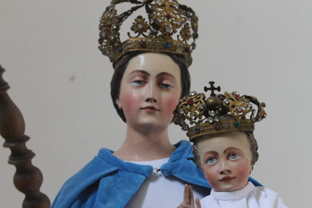 Chapelle-Saint-Lambert à Lasnes. Statue de la vièrge à l'enfant. Photo de l'auteur.