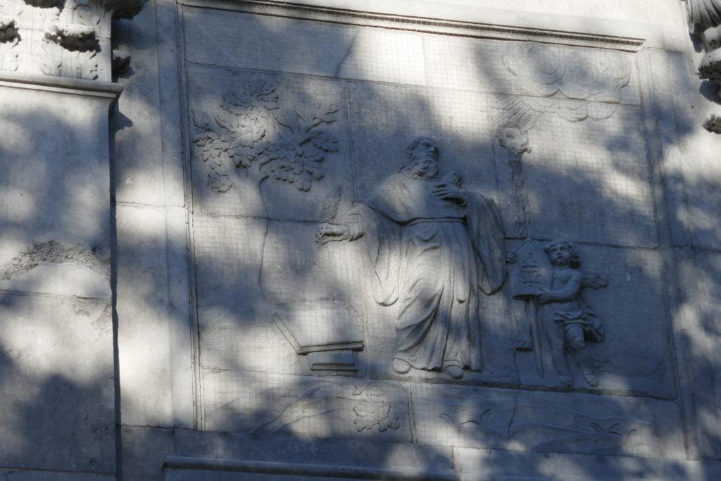 """Bas-reliefs sculptés en pierre par Antoine-Pierre Franck """"saint Augustin en habit monastique, présentant deux livres et accompagné d'angelots."""" Photo de l'auteur."""